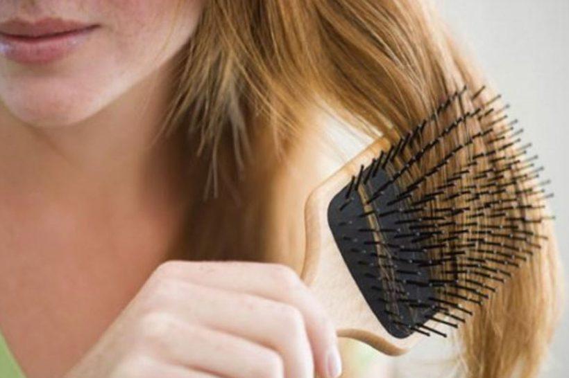 femme brossant ses cheveux