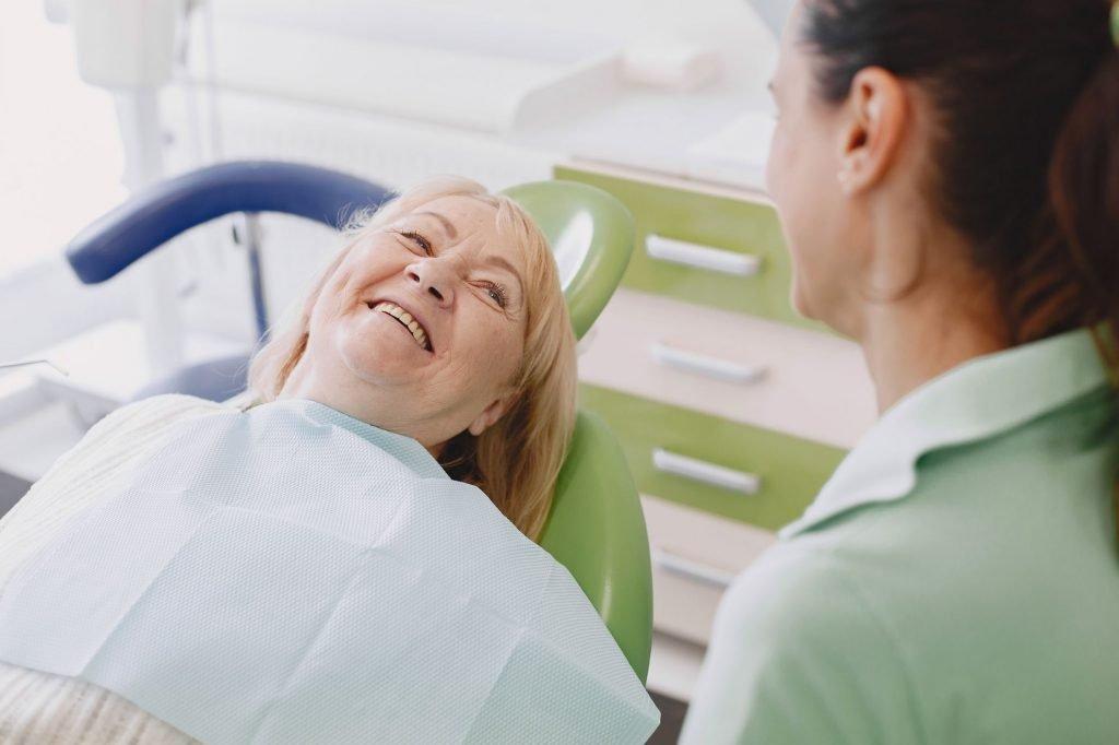 Les assistants dentaires essaieront de s'occuper du patient de la meilleure façon possible, en le mettant à l'aise et en le faisant se sentir bien.